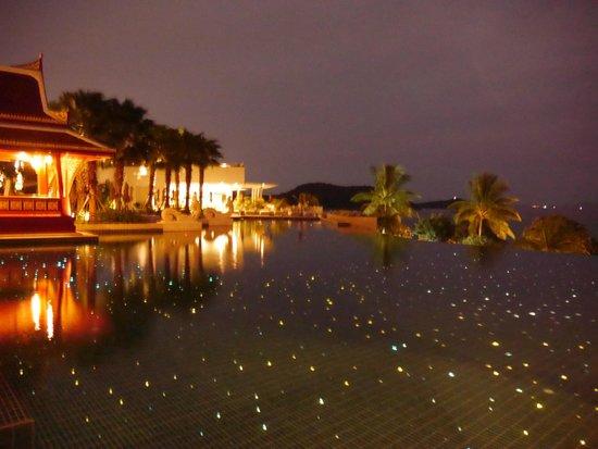 Amatara Wellness Resort: Piscine la nuit