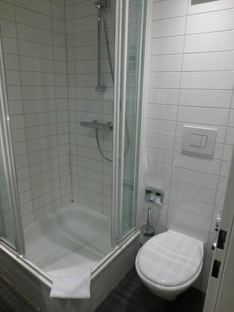 MEININGER Hotel Berlin Hauptbahnhof: Small shower, poorly positioned toilet paper holder
