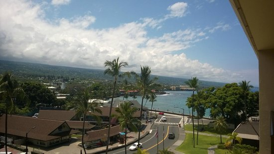 Courtyard by Marriott King Kamehameha's Kona Beach Hotel: Our view of Ali street from our sixth floor room.