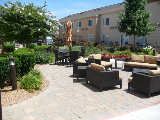 Courtyard Chattanooga at Hamilton Place: outside lounge area