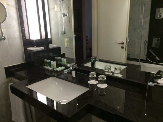 The Westin Grand Frankfurt: Marble bathroom