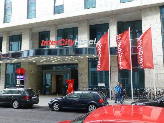 IntercityHotel Berlin Hauptbahnhof: Entrance of this inviting hotel