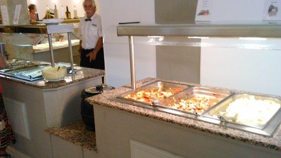 Flor Los Almendros Hotel and Apartments: bufet 6 platos