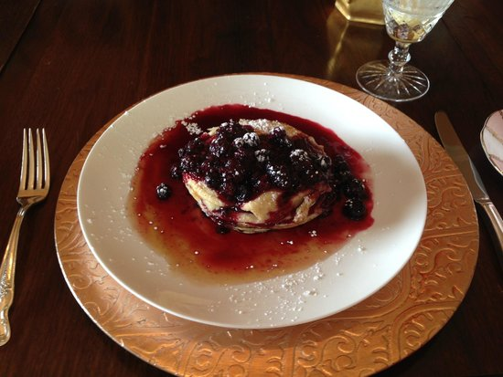 Lion's Head Bed & Breakfast: Delicious buttermilk pancakes with a 3 berry sauce