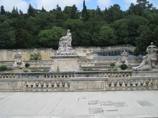 Jardins de la Fontaine : Fuente en el Jardín.