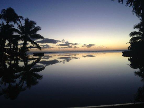 LUX Le Morne: zonsondergang kijkend over het zwembad