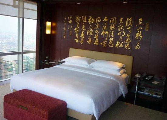 Grand Hyatt Shanghai: O painel com ideogramas decora a parede atrás da cama