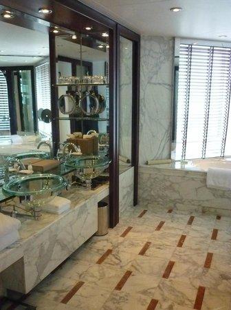 Grand Hyatt Shanghai: Grande e bem iluminado, o banheiro é um destaque