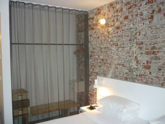 9HOTEL CENTRAL: Room, safe and storage