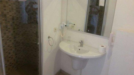 Bodrum Beach Resort: Bathroom - lovely massive shower