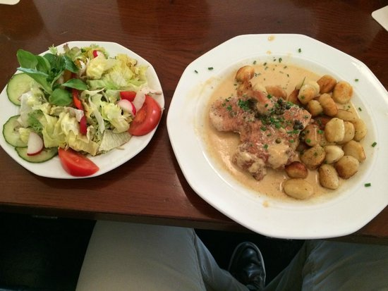 Cafe Müller: turkey breast with pepper sauce and gnocci with a little salad