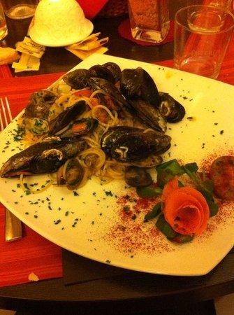 Osteria Della Venezia : Spaghetti allo scoglio  (Ottimo impiattamento)