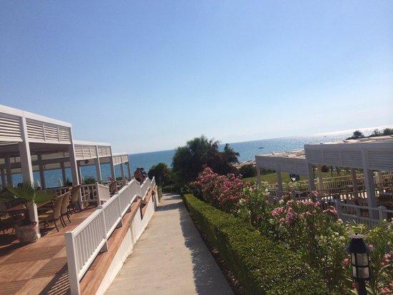 Max Holiday Hotels Side Stone Palace: Путь к морю...слева ресторанчик