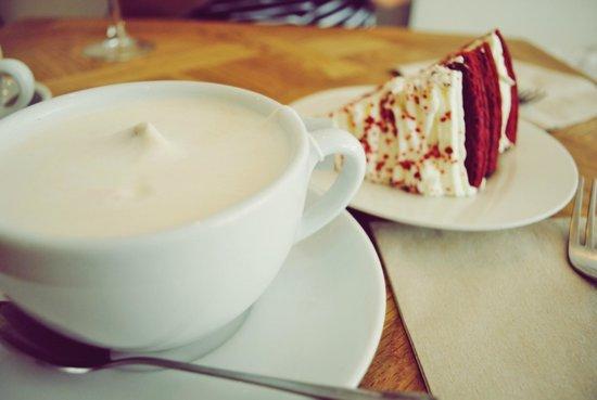 Brunch & Cake: Chai latte y red velvet.