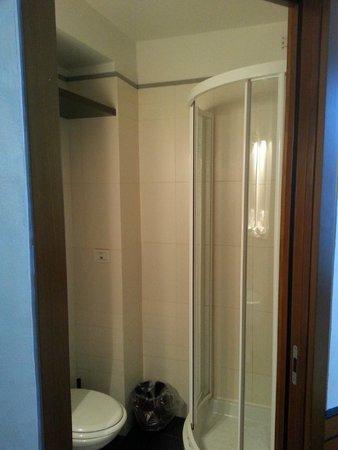 La Luna Romana: La cabina doccia nel bagno rinnovato.