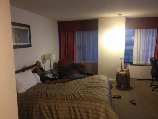 Sandman Hotel Calgary City Centre: King bed. Needs a few updates and bathroom was tiny but all in all very comfortable!