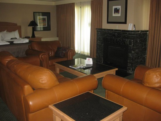Banff Park Lodge Resort and Conference Centre: king size bed