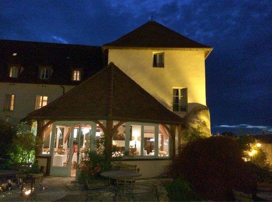 Hostellerie de la Tour d'Auxois: Vue sur le restaurant et l'hostellerie