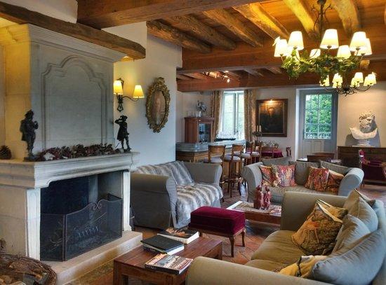 Hostellerie de la Tour d'Auxois: Le salon-bar cosy où il fait bon de se prélasser