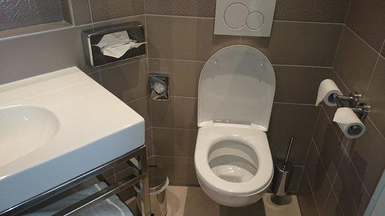 Hotel Vic Eiffel: decent bathroom size