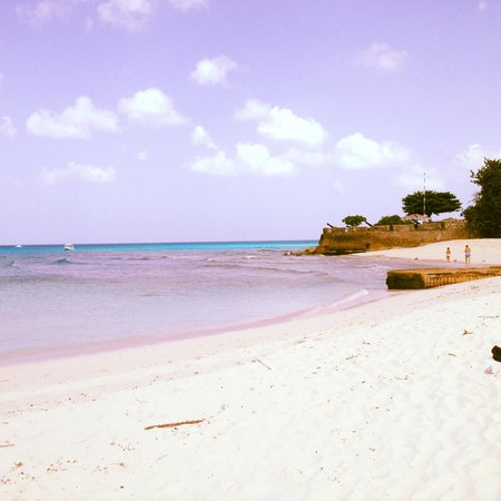 Hilton Barbados Resort: The beach with the fort in the backround