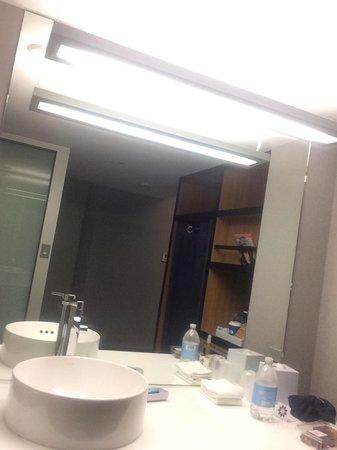 Aloft San Francisco Airport: Bathroom sink