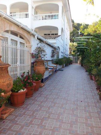Apartamentos Atalaya Bosque: Entrance from the road