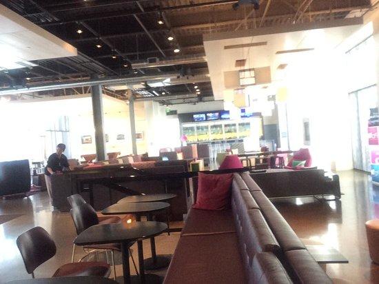 Aloft San Francisco Airport: Lobby bar area