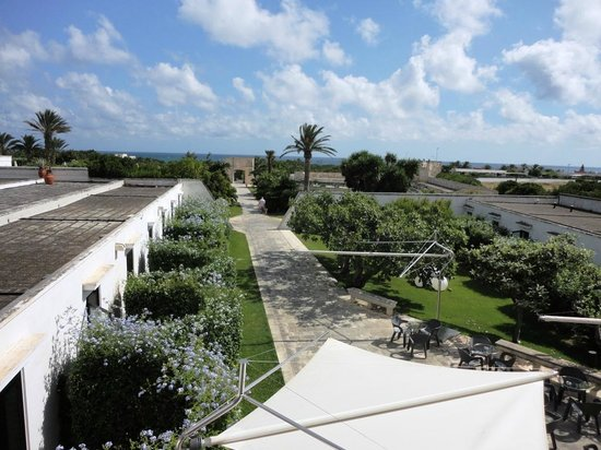 Grand Hotel Masseria Santa Lucia: Entre le restaurant et la piscine