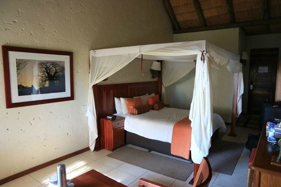 Cresta Mowana Safari Resort and Spa: Bett im Zimmer 200