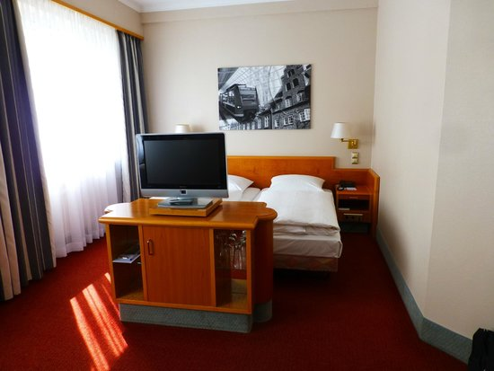 Hotel Europäischer Hof: TV could be seen from beds or sitting area