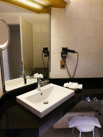 Hotel Europäischer Hof: Large bathroom