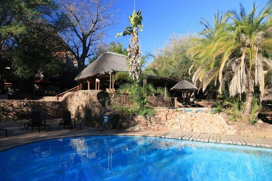 Cresta Mowana Safari Resort and Spa: Pool der Lodge