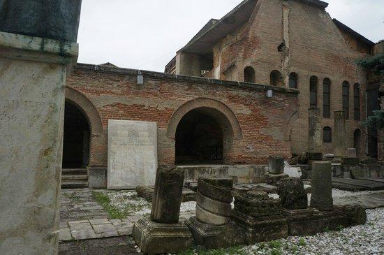 Muzeul Curtea Veche: Old ruins.
