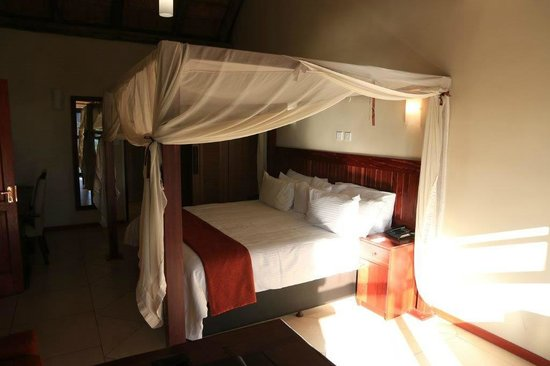 Cresta Mowana Safari Resort and Spa: Bett Zimmer 200