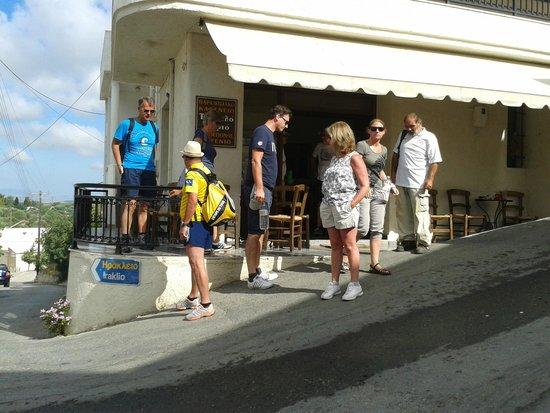 Eye Travel - Private Day Tours: Vooraf het lopen van de Aposelemis kloof  bij het plaatselijke taverne koffie