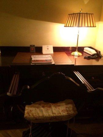 Grand Hotel Baglioni Firenze: La scrivania della camera