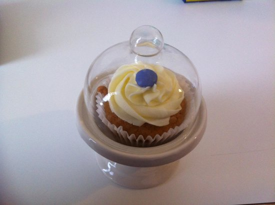 Grasshoppers Hotel Glasgow: Free cupcake!