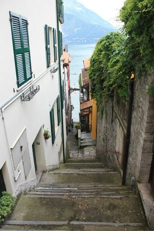 Taxi Boat Varenna - Day Tours: walkway down to harbour