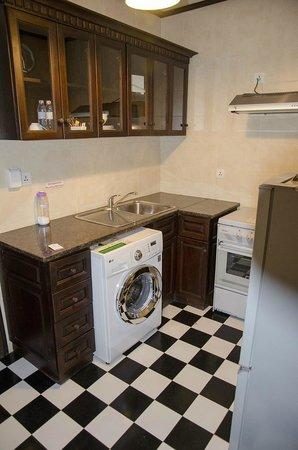 Chateau d'Angkor La Residence: キッチンにある洗濯機