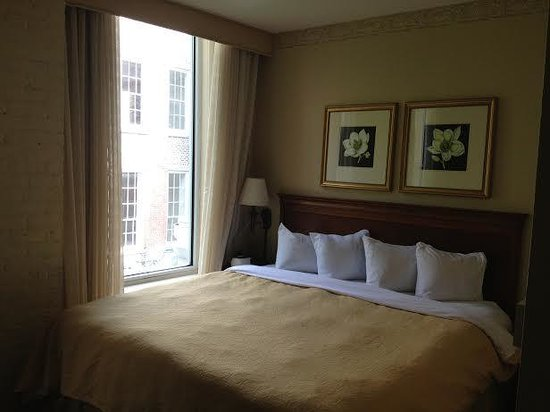 Country Inn & Suites By Carlson, New Orleans French Quarter : Garden view room/tight squeeze!