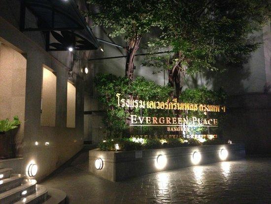 Evergreen Place Bangkok: Entrée de l'hôtel