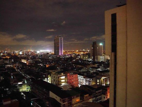 Evergreen Place Bangkok: Vue de la chambre la nuit