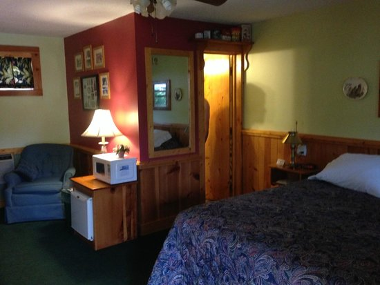 Hidden Valley Motel: Bed & bath