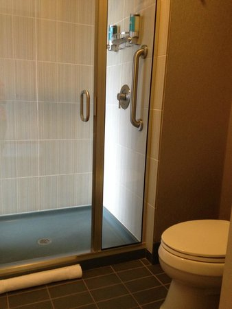 aloft Minneapolis: Shower