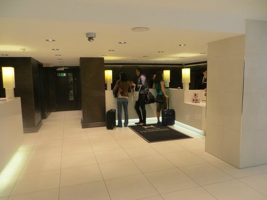 DoubleTree by Hilton - London Hyde Park: Reception Area