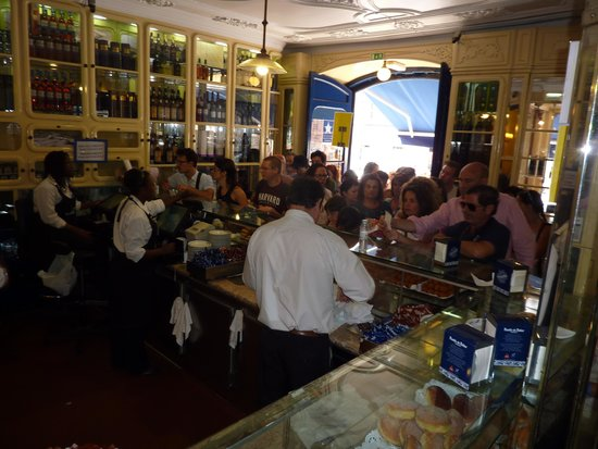 Pasteis de Belem : massive ques at the counter and out of the door