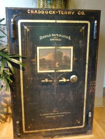 Craddock Terry Hotel: antique safe