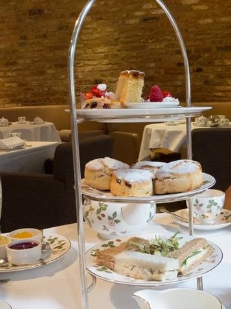 Millennium Hotel London Mayfair: sandwiches, scones and delicious desserts