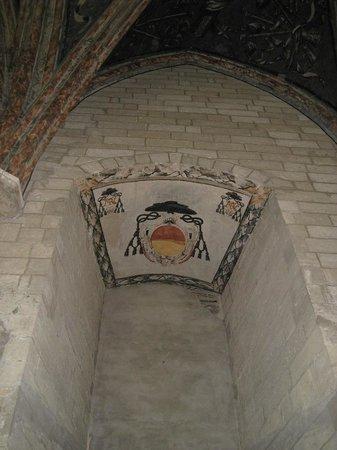 Palais des Papes : Escudo papal pintado en el techo.